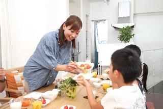 朝食を食べる子供たち