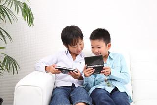ゲームする子供
